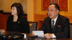 朝鮮外務省副相崔善姬(左)和朝鮮外相李勇浩 2019年3月1日 在越南首都河內召開新聞發布會