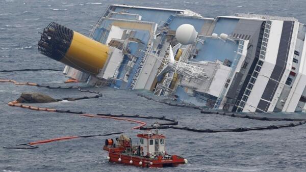 Carcaça do Costa Concordia, encalhado diante da ilha de Giglio, na Toscana.