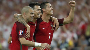 El conjunto de Portugal celebra en el Velodrome de Marsella su pase a semifinales tras apear a Poloinia en la tanda de penales.