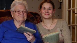 Анн-Лор Готье и ее бабушка Кристиан Кабале с лагерными блокнотами кулинарных рецептов
