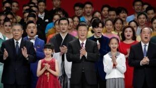 Le président Xi Jinping, en compagnie du chef sortant de l'exécutif de Macao Fernando Chui (en noir à droite) et de son successeur, Ho Iat-seng (en noir, à gauche).