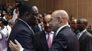 Le président sénégalais Macky Sall félicite le président nouvellement élu de la Mauritanie Mohamed Ould Cheikh El Ghazouani à Nouakchott, le 1er août, 2019.