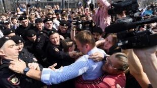 Polícia russa prende o opositor Alexei Navalny durante um protesto não-autorizado ocorrido em 5 de maio de 2018, em Moscou.