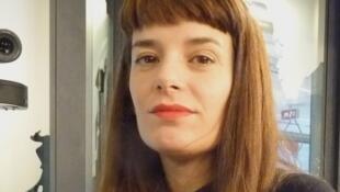 Lola Arias en los estudios de RFI