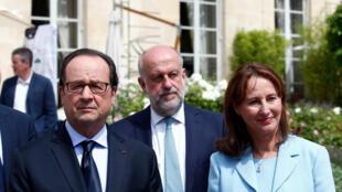 Le président français, François Hollande, et la ministre de l'Ecologie, du Développement durable et de l'Energie, Ségolène Royal, assistent à une cérémonie marquant le premier anniversaire de la loi sur la transition énergétique, à Paris le 22 juillet 2016