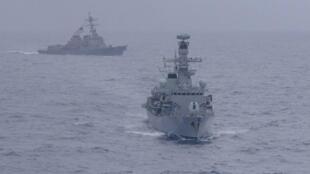 Tàu USS McCampbell của Mỹ và HMS Argyll của Anh thao diễn trên biển. Ảnh ngày 15/01/2018.