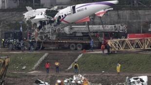 2015年2月5日,台灣復興航空航班墜機事件次日,救援隊伍將破損飛機殘骸打撈出水。