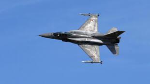 Ảnh minh họa : Một chiếc F-16 của Không Quân Ba Lan biểu diễn tại triển lãm hàng không tại Tukums, Latvia, 21/07/2019.