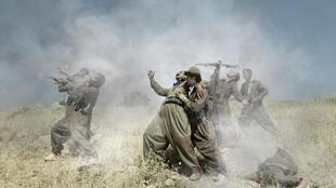 Emeric Lhuisset, «Théâtre de guerre», photographie avec un groupe de guérilla kurde, Irak, 2012.