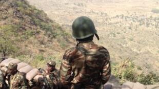 (Photo d'illustration) Des soldats de l'armée de terre camerounaise déployés sur le poste avancé de Mabass. Une colline sur la frontière avec le Nigeria, en bas des villages occupés par Boko Haram. © RFI/OR
