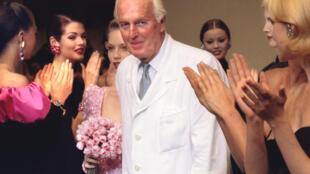 Hubert de Givenchy trong buổi biểu diễn thời trang Thu-Đông cuối cùng tại Paris 11/07/1995
