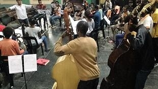 Kika Materula e os alunos da orquestra Xiquitsi, de Moçambique.