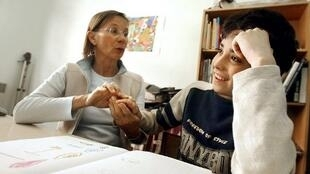 """Terapeuta ocupacional trabalha com uma criança autista no Instituto Médico-Educativo """"Nossa Escola"""", em Paris."""