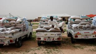 Des camions transportant des sacs de nourriture dans un camp de déplacé de Maiduguri, dans le nord-est du Nigeria, le 8 juin 2017.
