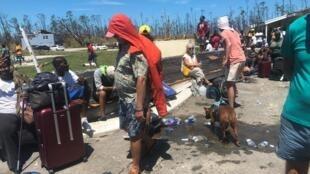 ساکنان آباکو  برای رسیدن پروازهای امداد، در فرودگاه تخریب شده این جزیره به انتظار نشستهاند. ۱٤ شهریور/ ۵ سپتامبر ٢٠۱٩