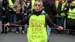 Париж. 02.02.2019. На желтом жилете протестующей написано: Стоп (травматическому оружию) LBD и (гранатам) GLI-F4. Гранаты теперь запрещены.