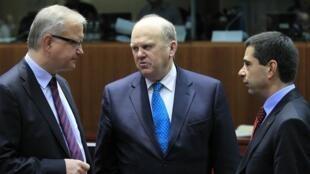 O comissário europeu para os Assuntos Econômicos, Olli Rehn (à esq.), o ministro das Finanças irlandês, Michael Noonan, e o português Vitor Gaspar nesta terça-feira em Bruxelas.