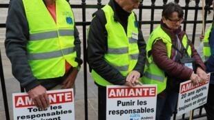 Membros da Associação Nacional de Defesa das Vítimas do Amianto (Andeva) pedem justiça para as vítimas do amianto em manifestação realizada em outubro de 2016.
