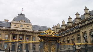 O julgamento do ginecologista André Hazout, de 70 anos, acontece no Palácio de Justiça de Paris.