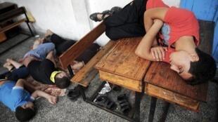 Refugiados palestinos dormem em escola da ONU; até agora, 110 mil pessoas deixaram suas casas na Faixa de Gaza