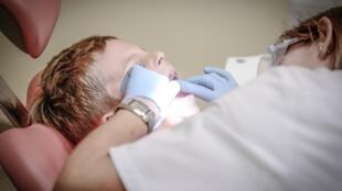 La moitié de la population mondiale était concernée par des problèmes dentaires en 2016 (OMS).