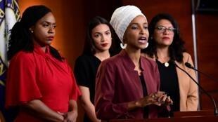 Bốn nữ dân biểu Dân Chủ họp báo tố cáo tổng thống Donald Trump tại Washington ngày 15/07/2019. Phía sau bà Omar đang phát biểu, từ trái sang: Pressley, Cortez, Tlaib.