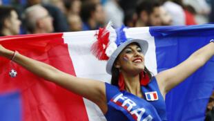 """3 июля. """"Стад де Франс"""". Французская болельщица на матче с Исландией"""