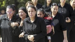 Cristãos coptas participal de funeral no Cairo.