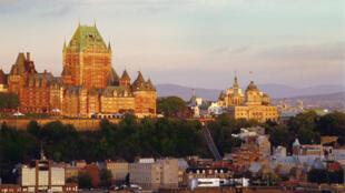 Québec, le château Frontenac et le Petit séminaire. Au pied de la falaise, le quartier du Vieux-port.