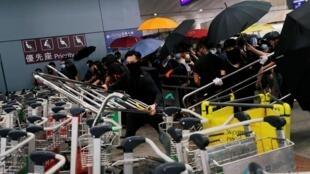 Баррикада их багажных тележек на входе в аэропорт Гонконга, 1 сентября 2019 г.