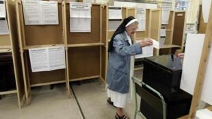 Una monja vota en Dublín, este 31 de mayo de 2012.