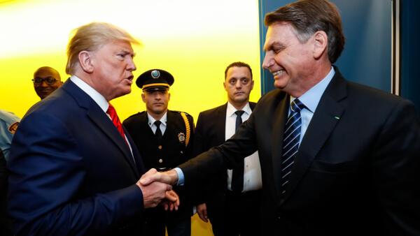 O presidente brasileiro, Jair Bolsonaro, cumprimenta o presidente americano, Donald Trump, em Nova York, em 24 de setembro de 2019.