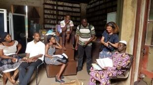 L'archiviste Moussa Traoré explique son métier aux étudiants de Macoter.
