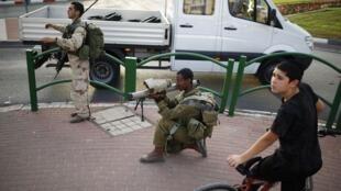 Des militaires israéliens s'entrainent dans les rues d'Ashkelon, au sud du pays. L'un des soldats joue le rôle d'un militant palestinien, armé d'un lance-roquette.