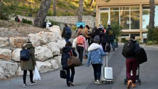 Des Français quittent le centre de vacances Le Vacanciel, à Carry-le-Rouet, près de Marseille, le 14 février 2020, après avoir été confinés pendant les 14 jours de la quarantaine à la suite de leur rapatriement de Wuhan.