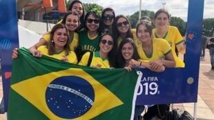 Torcedoras brasileiras e francesas se juntaram para apoiarem o Brasil no jogo em Montpellier.