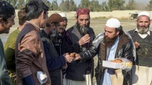 پناهندگان افغان مقیم اردوگاه خراسان در پیشاور، شنبه ٣ اسفند/ ٢٢ فوریه ٢٠٢٠ ، امضای پیششرط توافقنامه صلح میان آمریکا و طالبان (هفته کاهش خشونتها) را جشن گرفتند.