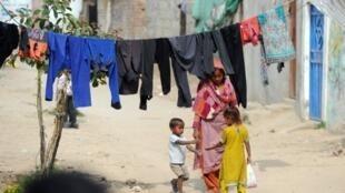 Au gouvernement, Zafar Iqbal demande la création d'un centre de soins pour les donneurs malades. Un début d'espoir pour les femmes Pakistanaises qu'on a privées d'une partie d'elles-mêmes. (Photo d'illustration: un bidonville d'Islamabad au Pakistan).