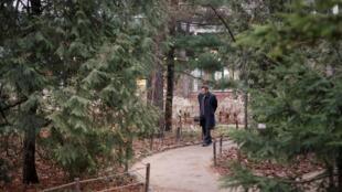 Visitante passeia pelo jardim Apothecary, em Moscou, em meados de dezembro - quando, em geral, o parque deveria estar coberto de neve.