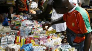 Avant, les «médicaments du trottoir» étaient vendus sur les marchés. Aujourd'hui, on les trouve dans les pharmacies.