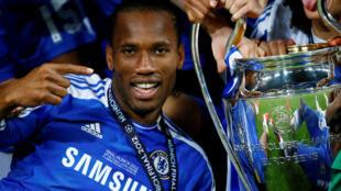 Une des victoires du footballeur Didier Drogba. Ici entouré de ses coéquipiers, avec la coupe, lors de finale de la Ligue des champions avec Chelsea face au Bayern, le 19 mai 2012 à Munich.