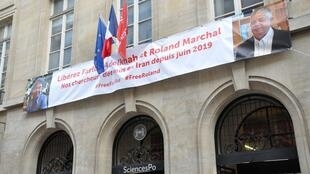 El Instituto de Ciencias Políticas de París con una banderola donde exigen la liberación de ambos investigadores.