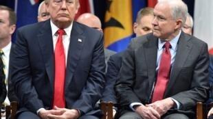 លោកប្រធានាធិបតីអាមេរិក Donald Trump និងលោករដ្ឋមន្រ្តីយុត្តិធម៌ Jeff Sessions ថ្ងៃទី១៥ ធ្នូ ឆ្នាំ ២០១៧