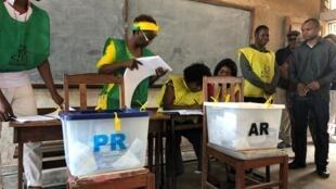 Mesa de voto em Maputo, durante as eleições gerais moçambicanas de 15 de Outubro.