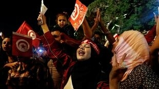 Des Tunisiens fêtent la victoire de Kaïs Saïed à l'élection présidentielle, dans les rues de Tunis, le 13 octobre 2019.