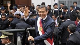 Ollanta Humala acena para o povo, no caminho entre o Congresso e o palácio presidencial, em Lima, nesta quinta-feira.