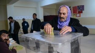 Mesa de voto em Diyarbakir. 31 de Março de 2019.