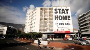La façade d'un immeuble de Cape Town en Afrique du Sud, invitant la population à rester chez elle, le 7 avril 2020.