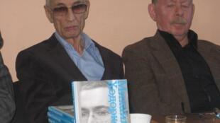 Юрий Шмидт (слева) и Яков Гордин на презентации книги М. Ходорковского