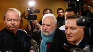 El ex cura Bernard Preynat deja la sala de audiencia luego de que fuera postpuesto por un día su juicio en el tribunal de Lyon, este 13 de enero de 2020.